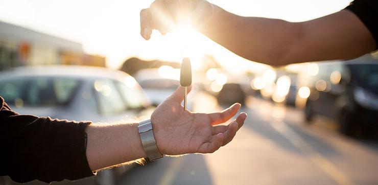 Podanie kluczyka samochodowego
